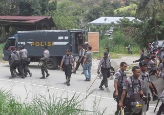 Armed police turn up to forcibly  disperse the demonstration in West Papua